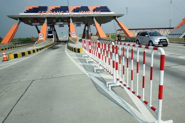 Kendaraan keluar Gerbang Tol Kertosono-Mojokerto Seksi 1 di Desa Tembelang, Jombang, Jawa Timur, Jumat (12/6). - Antara