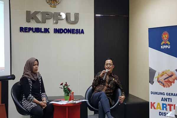 Komisioner KPPU M. Afif Hasbullah (kanan) dan Kepala Biro Hukum KPPU Pusat, Ima Damayanti (kiri) saat memaparkan sejumlah perkara dan putusan dari berbagai kasus persaingan usaha di Surabaya, Rabu (2/10/2019) - Bisnis/Peni Widarti