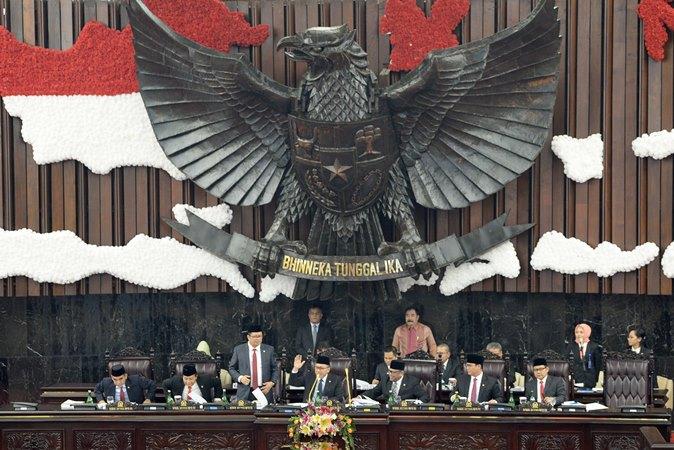 Ketua MPR RI Zulkifli Hasan (tengah) didampingi Wakil Ketua MPR (dari kiri-kanan) Ahmad Muzani, Mahyudin, Hidayat Nur Wahid, Mahyudin, Oesman Sapta Odang, Ahmad Bazarah, dan Muhaimin Iskandar memimpin Sidang Paripurna MPR Akhir Masa Jabatan Periode 2014-2019 di Gedung Nusantara Parlemen Senayan, Jakarta, Jumat (29/7/2019). - ANTARA/Risyal Hidayat