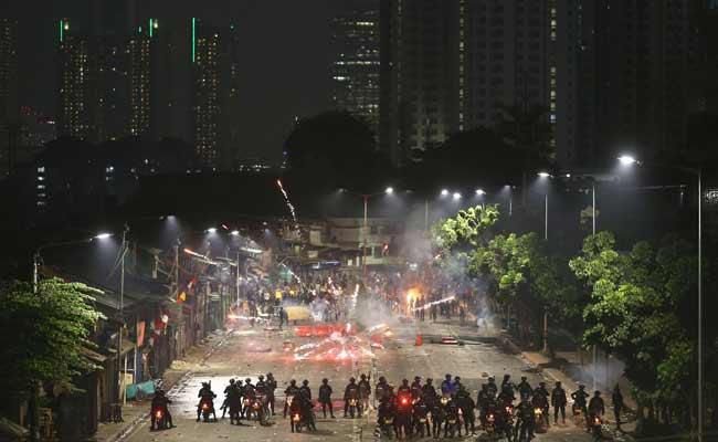 Pengunjuk rasa bentrok dengan aparat kepolisian di Jakarta, Senin (30/9). Bisnis - Nurul Hidayat