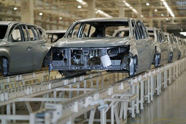 Badan mobil baru dalam proses produksi di pabrik PT Mitsubishi Motors Krama Yudha Indonesia, di Cikarang, Bekasi, Jawa Barat, Selasa (25/4). - Bloomberg/Dimas Ardian