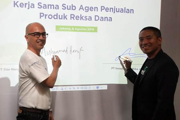 CEO PT Investree Radhika Jaya Adrian Gunadi (kanan) bersama Director of Business Development PT Star Mercato Capitale Muhammad Hanif menandatangani naskah kerja sama, di Jakarta, Senin (6/8/2018). - JIBI/Endang Muchtar