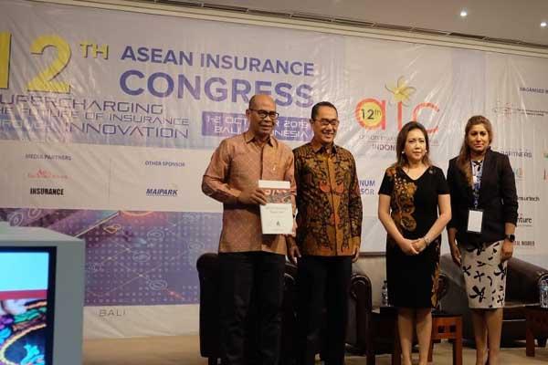 Kepala Eksekutif Malaysian Re Zainudin Ishak, bersama Kepala Departemen Pengawasan Non Bank OJK Ariastiadi Saleh Herutjakra, serta President dan Sekretaris Jenderal Dewan Asuransi Asean Evelina F. Pietruschka, dan Kepala Eksekutif Lembaga Pelatihan dan Penelitian Asuransi (AITRI) Asean Shalini Pavithran dalam acara laporan survei pasar Asean Insurance Pulse 2019 dalam 12th ASEAN Insurance Congress, yang berlangsung di Kuta, Bali, Selasa (1/10 - 2019).
