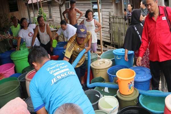 PMI Banjarmasin membagikan bantuan air bersih gratis kepada warga di Kota Banjarmasin - Arief Rahman