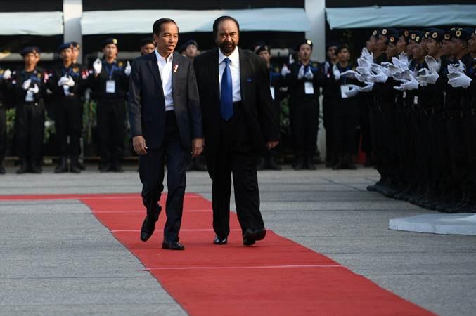 Presiden Joko Widodo (kiri) berjalan bersama Ketua Umum Partai Nasdem Surya Paloh saat menghadiri pembukaan sekolah legislatif Partai Nasdem di Jakarta, Selasa (16/7/2019). - ANTARA/Akbar Nugroho Gumay