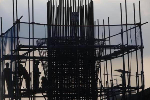 Pekerja menyelesaikan pembangunan jalan layang. - JIBI/Nurul Hidayat