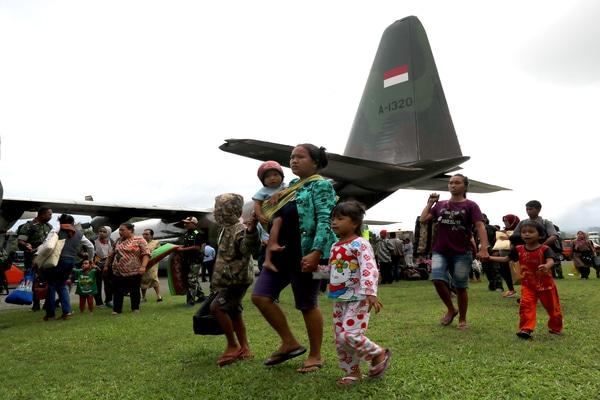 Pengungsi asal Wamena, Papua yang diangkut menggunakan pesawat Hercules tiba di Lanud Pattimura, Ambon, Maluku, Rabu (2/10/2019). Sebanyak 81 pengungsi eksodus tersebut transit selama satu malam di Ambon sebelum melanjutkan perjalanan dengan pesawat yang sama menuju Lanud Hasanuddin - Makassar, Lanud Ahmad Yani - Semarang, Halim Perdanakusuma - Jakarta dan Lanud Husein Sastranegara - Bandung. Mereka kembali ke daerah asal masing-masing pascakerusuhan di Wamena. - Antara/Izaac Mulyawan