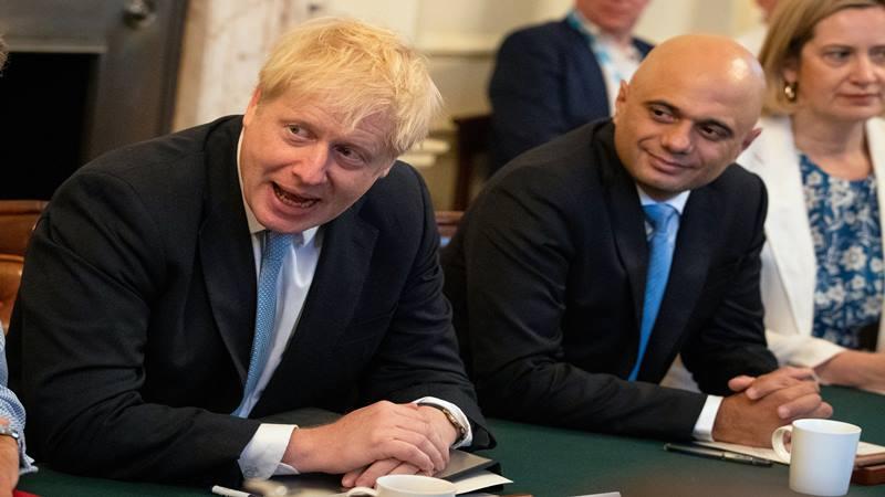 Kekasih Perdana Menteri Inggris Boris Johnson, Carrie Symonds (tengah) muncul di luar Downing Street di London Inggris, 24 Juli 2019. - Reuters