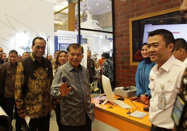 Wapres Jusuf Kalla (tengah) didampingi Menteri Perhubungan Budi Karya Sumadi (kiri) meninjau salah satu stan saat pembukaan pameran Indo Trans Expo 2019 di JCC, Jakarta, Jumat (13/9/2019). - ANTARA / Reno Esnir