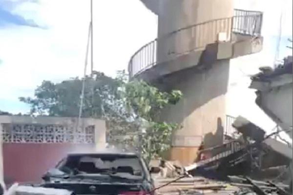 Puing-puing dari Jembatan Nanfang'ao yang runtuh setelah topan melanda Su'ao di daerah Yilan, Taiwan, 1 Oktober 2019, dalam gambar diam dari video yang diperoleh melalui media sosial. - Reuters
