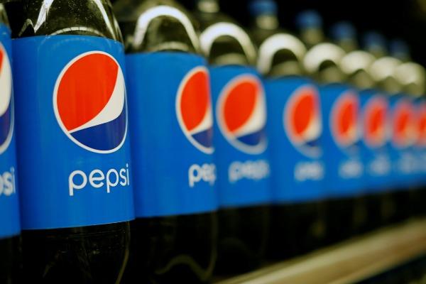 Deretan botol Pepsi terlihat dijual di sebuah gerai ritel modern di Pasadena, California, Selasa (11/7/2017). - Reuters/Mario Anzuoni