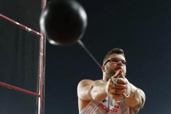Pawel Fajdek saat menjuarai nomor lontar martil di Kejuaraan Dunia Atletik 2019 di Qatar. - Reuters/Kai Pfaffenbach