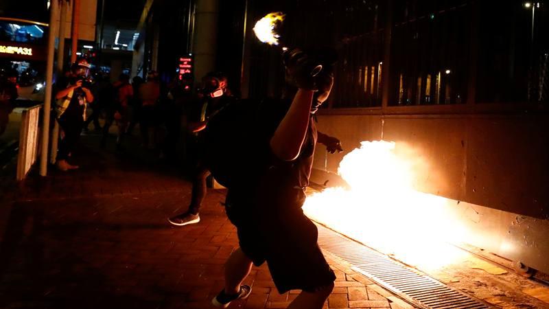 Seorang pemrotes anti-pemerintah melempar bom molotov di depan Kantor Pusat Regional Wilayah Selatan Baru, setelah polisi menembak seorang demonstran saat protes Hari Nasional China, di Hong Kong, China 2 Oktober 2019. - Reuters