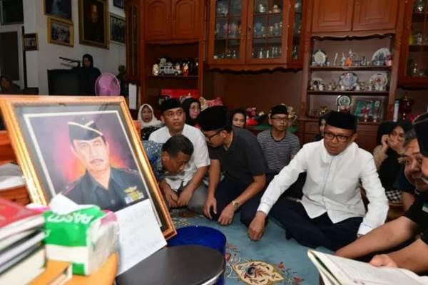 Gubernur Sulawesi Selatan HM Nurdin Abdullah saat berada di rumah duka Almarhum ZB Palaguna di Makassar, Rabu malam. - ANTARA/Humas Pemprov Sulsel