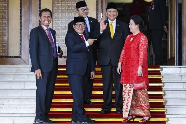 Anggota DPR RI periode 2019 - 2024 fraksi PAN Asman Abnur (kiri), Sekretaris Kabinet Pramono Anung (kedua kiri), Ketua MPR periode 2014-2019 Zulkifli Hasan (ketiga kiri), Ketua DPR periode 2014-2019 Bambang Soesatyo (kedua kanan), dan Anggota DPR RI fraksi PDI Perjuangan Puan Maharani (kanan) berfoto bersama usai mengikuti pelantikan Dewan Perwakilan Rakyat (DPR) periode 2019-2024 di Ruang Rapat Paripurna, Kompleks Parlemen, Senayan, Jakarta, Selasa (1/10/2019). - ANTARA FOTO/Galih Pradipta