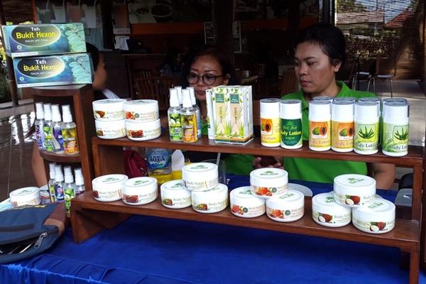 Produk Teh Bukit Hexon yang terbuat dari daun jati China merupakan produk herbal terbaru yang dikembangkan olehPT Karya Pak Oles. - Bisnis/Sultan Anshori