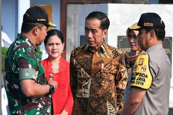 Presiden Joko Widodo (tengah) saat berada di Surakarta memperingati Hari Batik Nasional, Rabu (2/10/2019). - Instgaram @jokowi