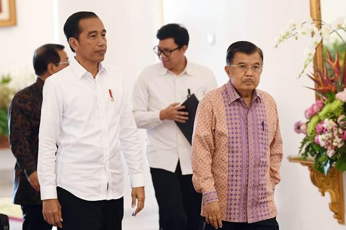 Presiden Joko Widodo (kiri) didampingi Wakil Presiden Jusuf Kalla bersiap memimpin Sidang Kabinet Paripurna di Istana Bogor, Jawa Barat, Senin (8/7/2019). - ANTARA/Wahyu Putro A