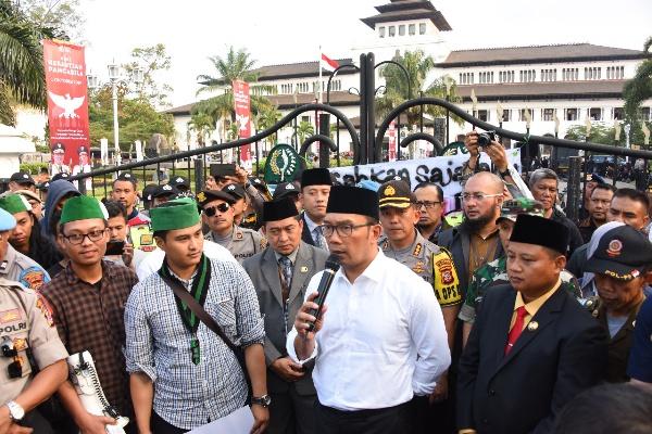 Ridwan Kamil (tengah) - Bisnis/Wisnu Wage