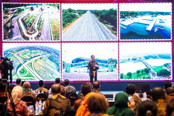 Presiden Joko Widodo memberikan sambutan dalam Peluncuran Geoportal Kebijakan Satu Peta dan Buku Kemajuan Infrastruktur Nasional Tahun 2018, di Jakarta, Selasa (11/12/2018). Presiden Joko Widodo mengharapkan kebijakan satu peta tersebut dapat menyelesaikan permasalahan tumpang tindih lahan. - ANTARA FOTO/Aprillio Akbar