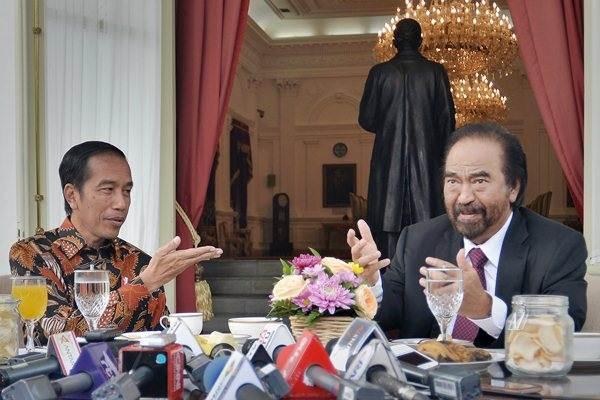 Presiden Joko Widodo (kiri) bertemu dengan Ketua Umum Partai NasDem Surya Paloh (kanan) di sela-sela jamuan makan pagi di beranda belakang Istana Merdeka, Jakarta, Selasa (22/11). - Antara/Yudhi Mahatma