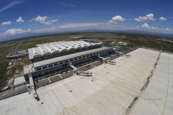 Foto aerial proyek pembangunan Bandara Internasional Jawa Barat (BIJB) di Kertajati, Majalengka, Jawa Barat, Rabu (28/3). Jelang operasional BIJB pada Mei 2018, proyek pembangunan fisik Bandara BIJB yang saat ini telah mencapai 91,2 persen dan ditargetkan rampung pada April mendatang. ANTARA FOTO - Raisan Al Farisi