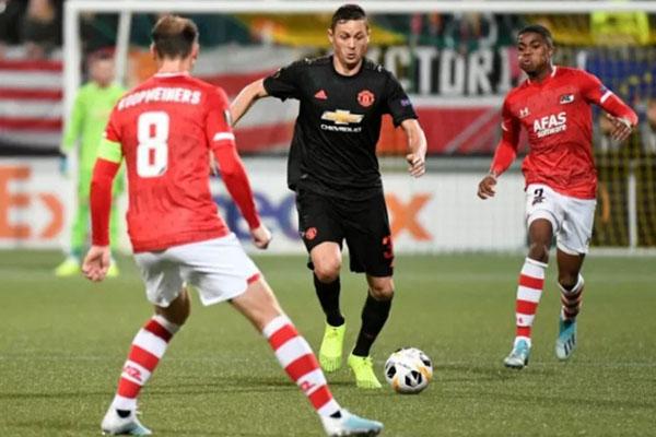 Gelandang Manchester United Nemanja Matic (tengah) menggiring bola di tengah kawalan dua pemain AZ Alkmaar Myron Boadu (kanan) dan Teun Koopmeiners dalam laga kedua Grup L Liga Europa di Stadion Cars Jeans, Den Haag, Belanda. - Reuters/Piroschka van de Wouw