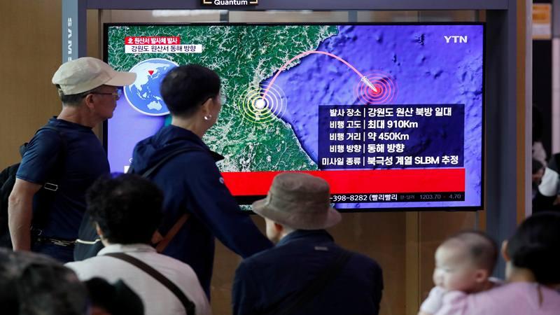 Orang-orang menonton TV yang menyiarkan laporan berita tentang Korea Utara menembakkan rudal yang diyakini diluncurkan dari kapal selam, di Seoul, Korea Selatan, 2 Oktober 2019. - Reuters