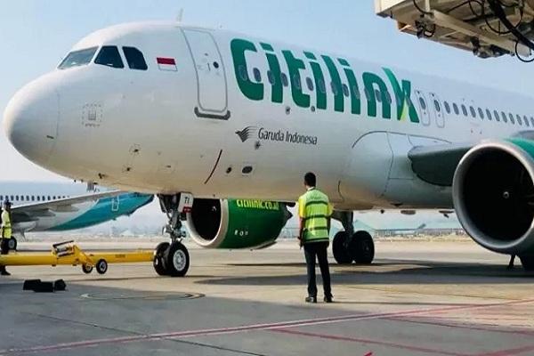 Petugas mengecek pesawat terbang Maskapai Citilink yang mengalihkan sementara 72 penerbangan dari Halim ke Soekarno-Hatta. - Istimewa