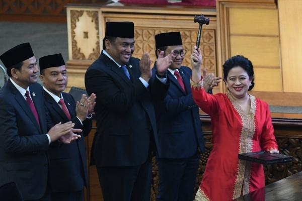 Ketua DPR periode 2019-2024 Puan Maharani (kanan) mengacungkan palu disaksikan Wakil Ketua M Aziz Syamsuddin (kiri), Sufmi Dasco Ahmad (kedua kiri), Rahmad Gobel (ketiga kiri), dan Muhaimin Iskandar (keempat kiri) usai pelantikan dalam Rapat Paripurna ke-2 Masa Persidangan I Tahun 2019-2020 di Kompleks Parlemen, Senayan, Jakarta, Selasa (1/10/2019). - ANTARA FOTO/M Risyal Hidayat