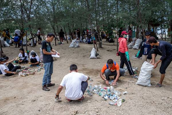 Aktivitas audit sampah plastik Greenpeace Indonesia di Sanur, Bali. - Dok. Greenpeace Indonesia
