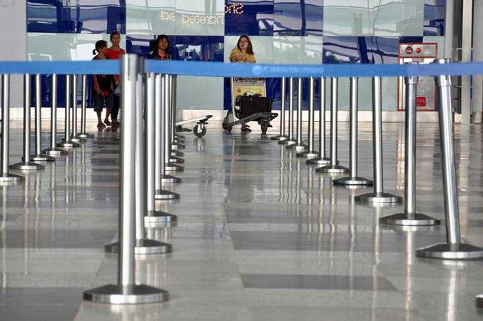 Calon penumpang pesawat udara di Bandara Internasional Kualanamu, Deli Serdang, Sumatra Utara. - Antara/Septianda Perdana