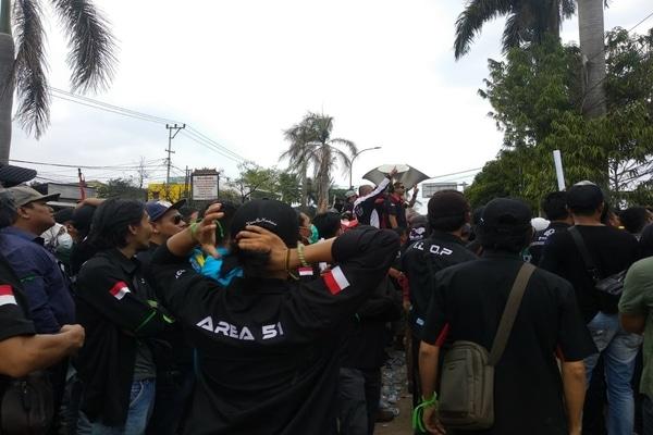 Ribuan pengemudi taksi online melakukan aksi demonstrasi di depan kantor PT Gojek Indonesia Cabang Palembang. - Istimewa