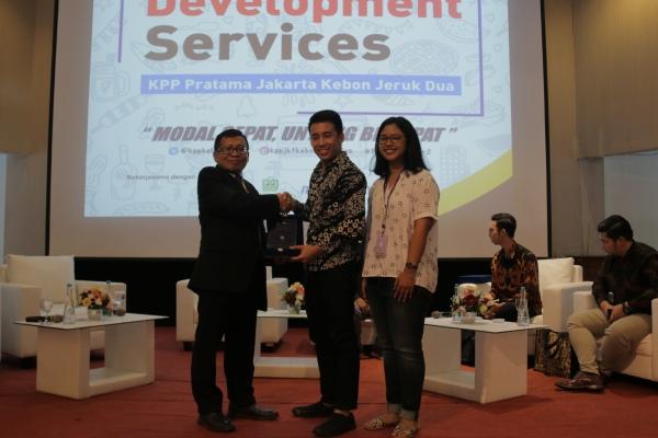 PR & Marketing Manager Modalku, Errik Jaya Tirta menerima plakat penghargaan sebagai apresiasi dari Aly Rahmat Shaleh, Kepala KPP Pratama Jakarta Kebon Jeruk Dua. - Istimewa