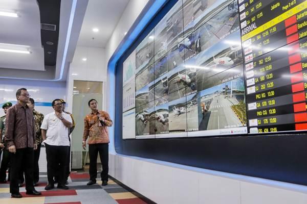 Direktur Utama PT Angkasa Pura I (API) (Persero) Faik Fahmi (dari kiri), Wali Kota Balikpapan Rizal Effendi, dan General Manager Bandara Sultan Aji Muhammad Sulaiman (SAMS) Sepinggan Handy Heryudhitiawan mengamati layar pengawas Airport Operation Control Center (AOCC) di Bandara SAMS Sepinggan Balikpapan, Jumat (2/3/2018). - JIBI/Felix Jody Kinarwan