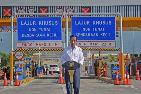 Presiden Joko Widodo memberi sambutan saat peresmian jalan tol Gempol-Pasuruan seksi II di gerbang tol Pasuruan, Jawa Timur, Jumat (22/6/2018). - ANTARA/Umarul Faruq