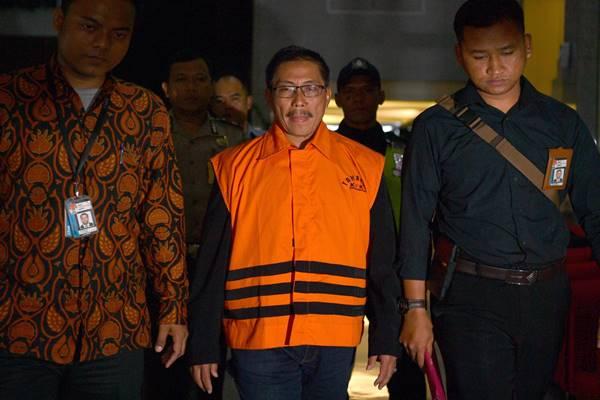 Bupati Cirebon Sunjaya Purwadisastra (tengah, menggunakan rompi tahanan) meninggalkan kantor KPK di Jakarta, Jumat (26/10/2018) dini hari - Antara