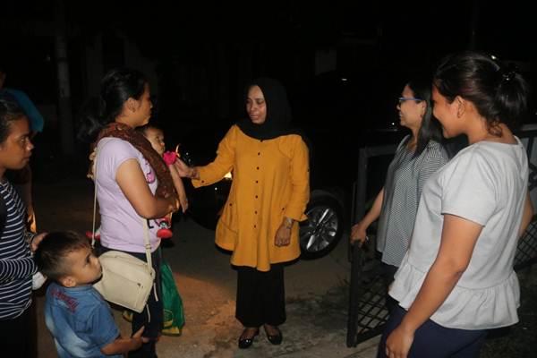 Tim dari Dinas Sosial Aceh menyambut empat warga Kabupaten Aceh Tenggara yang tiba di Bandara Sultan Iskandar Muda, Banda Aceh, Jumat (4/10/2019). - Bisnis/Abdu Hadi Firsawan