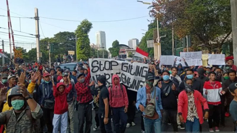 Massa demonstran yang didominasi pelajar mulai mendekat ke arah Gedung DPR/MPR RI, Senayan, Jakarta, Senin (30/9/2019). - Antara/Fathur Rochman