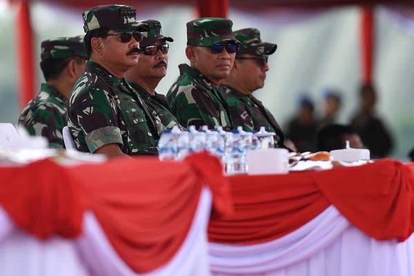 Panglima TNI Marsekal TNI Hadi Tjahjanto (kiri) didampingi KSAL Laksamana TNI Siwi Sukma Adji (kedua kiri), KSAU Marsekal TNI Yuyu Sutisna (kedua kanan) dan Wakasad Letjen TNI Tatang Sulaiman menyaksikan Gladi Bersih HUT Ke-74 TNI di Lanud Halim Perdanakusuma, Jakarta TImur, Kamis (3/10/2019). HUT Ke-74 TNI akan diperingati pada Sabtu 5 Oktober 2019 dengan mengangkat tema TNI Profesional Kebanggaan Rakyat - ANTARA FOTO/Sigid Kurniawan