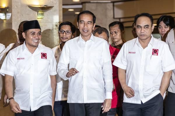 Presiden Joko Widodo (tengah) bersama Ketua Umum DPP Projo Budi Arie Setiadi (kanan) dan Sekjen DPP Projo Handoko (kiri) menghadiri Rakernas IV Projo di Jakarta, Minggu (16/9). Rakernas organisasi relawan pendukung Joko Widodo itu digelar dengan mengangkat tema Melanjutkan Kemenangan Rakyat. - Antara