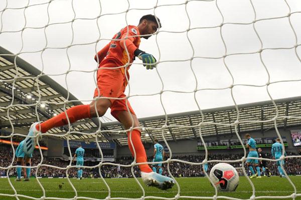 Kiper Paulo Gazzaniga dan para pemain Tottenham Hotspur lainnya tampak kecewa setelah kemasukan gol ketiga dari Brighton & Hove Albion. - Reuters/Toby Melville