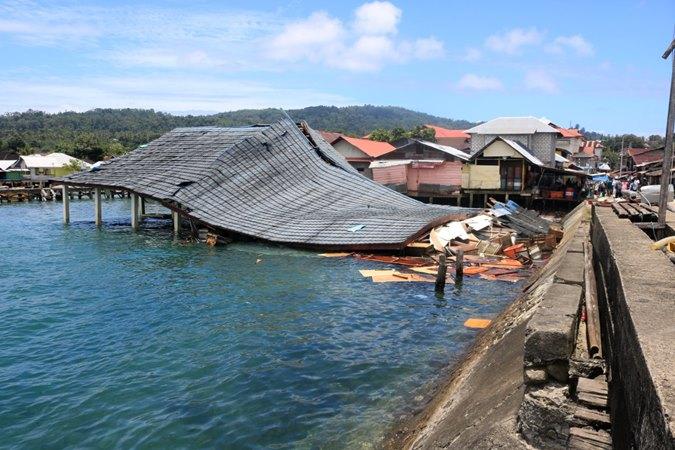 Suasana bangunan Pasar Apung Desa Tulehu yang roboh akibat gempa bumi di Ambon, Maluku, Kamis (26/9/2019). Berdasarkan data BMKG, gempa bumi tektonik dengan kekuatan M6,5 tersebut akibat aktivitas sesar aktif lokal. - ANTARA/Izaac Mulyawan