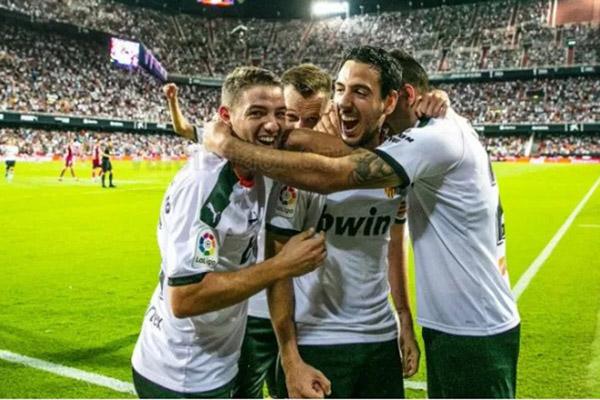 Para pemain Valencia metayakan gol kemenangan atas Deportivo Alaves. - Twitter@ValenciaCF