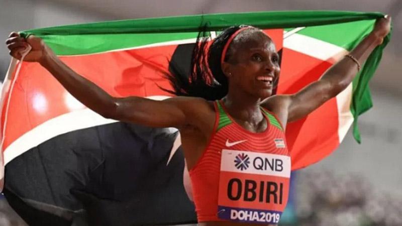 Pelari Kenya Hellen Obiri merayakan kemenangan di Qatar. - Antara-AFP
