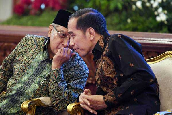 Presiden Joko Widodo (kiri) berbincang dengan Ketua PBNU Said Aqil Siradj saat pembukaan rembuk nasional pelaksanaan reforma agraria dan perhutanan sosial untuk keadilan sosial serta Global Land Forum 2018 di Istana Negara Jakarta, Kamis (20/9/2018). - ANTARA/Wahyu Putro A