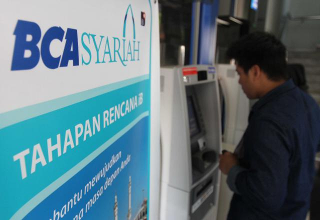 Nasabah saat melakukan transaksi di salah satu kantor Bank BCA Syariah yang ada di Jakarta. (Bisnis - Nurul Hidayat)