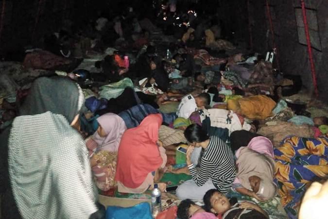 Warga tidur tenda pengungsian halaman Masjid Al-Khairaat pascagempa di Halmahera Selatan, Maluku Utara, Minggu (14/7/2019). - Antara