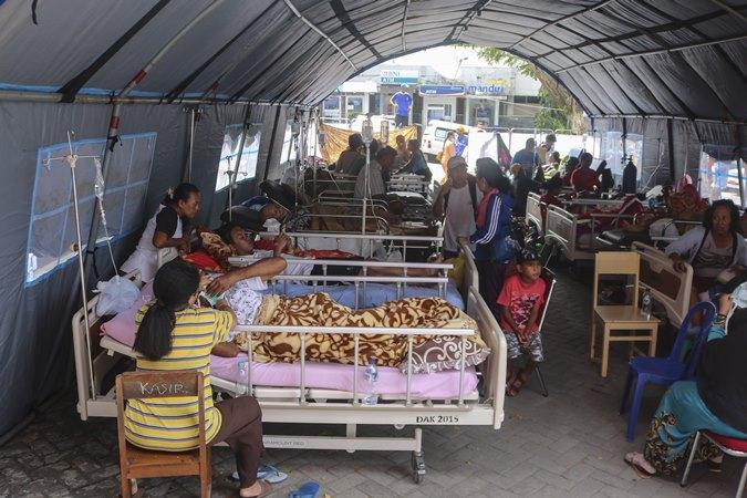 Sejumlah pasien menjalani perawatan di dalam tenda darurat di teras RSUD Haulussy, Ambon, Maluku, Kamis (26/9/2019), terdampak gempa M6,5. - Antara/Izaac Mulyawan.