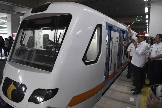 Menteri Perhubungan Budi Karya Sumadi (kedua kanan) melepas perjalanan kereta menuju Bandara Soekarno-Hatta di Stasiun KA Bandara Manggarai, Jakarta, Sabtu (5/10/2019). - ANTARA/Puspa Perwitasari
